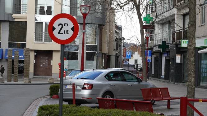 """Verbodsbord aan Sint-Martensstraat stuit op onbegrip: """"Bewoners en zelfstandigen mogen hun eigen woonerf niet oprijden"""""""