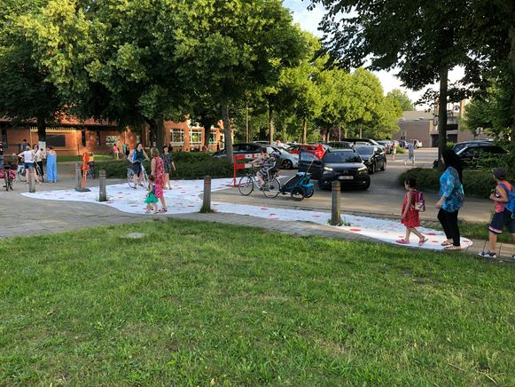 De straatschildering moet voor meer zichtbaarheid aan de schoolpoort zorgen.