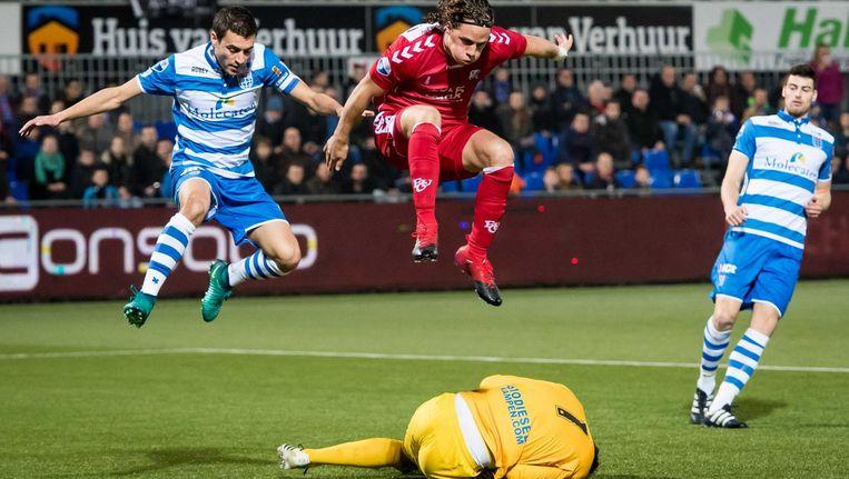 Bram van Polen (PEC) en Giovanni Troupee (FC Utrecht)springen over keeper Mickey van der Hart. Beeld anp