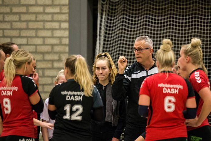 Trainer Henk Wahl vertrekt bij de volleybalsters van Dash uit Vorden.
