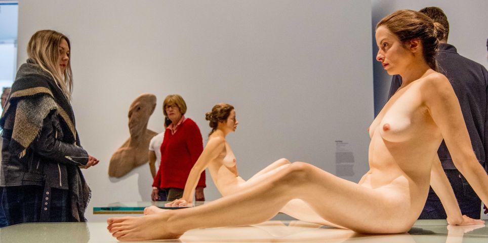 fotoreeks over Hyperrealistische menselijke replica's in Kunsthal Rotterdam