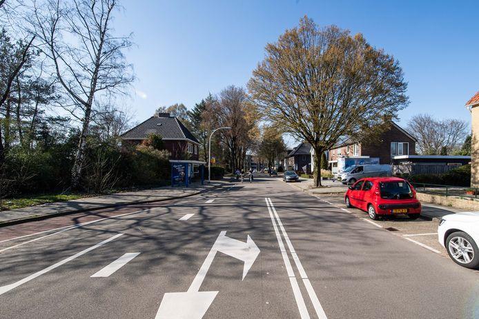 De Woolderesweg, hier gezien vanaf de Geerdinksweg, is een belangrijke fietsroute naar het Twickel College. Mede op aandringen van de buurt komen er twee vrij liggende fietspaden.
