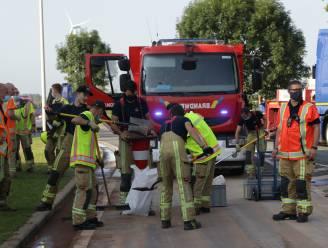 Vrachtwagen ramt verkeerseiland: urenlange verkeershinder door olielek