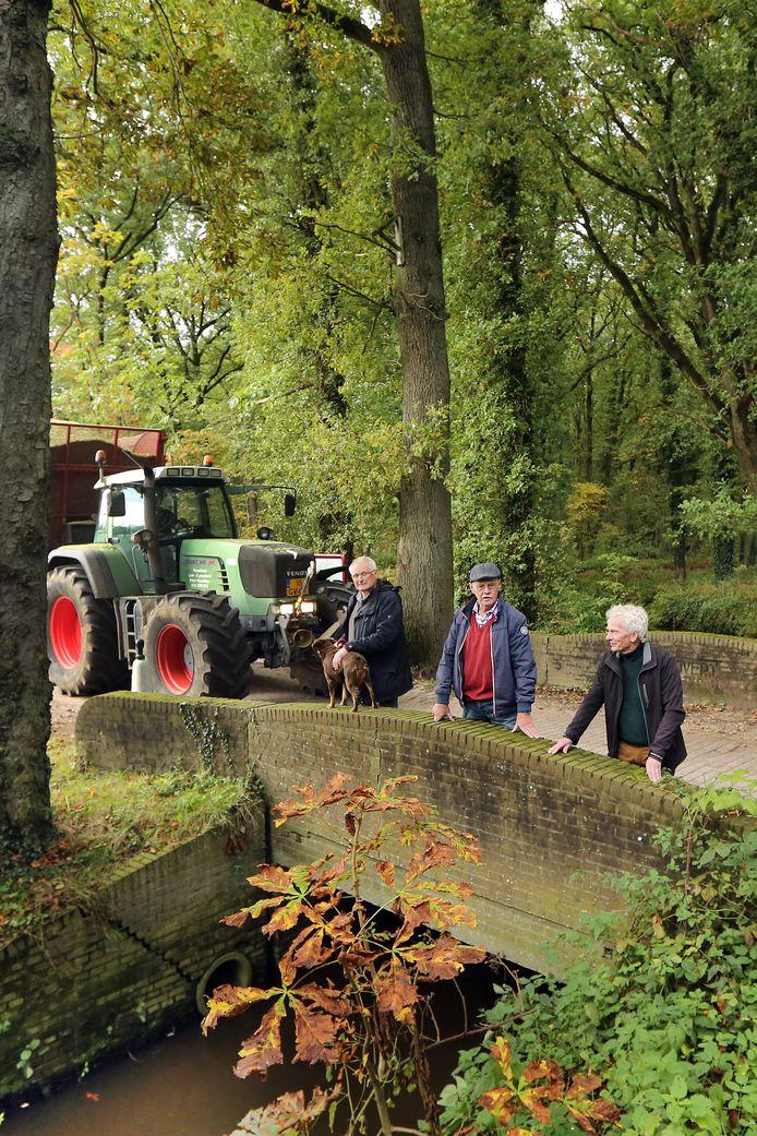 Vlnr: Luc Andries, Jan van Helvoirt en Ton de Jong willen het gebied 'de Roovert' aantrekkelijker maken voor recreatie en toerisme. Die grote tractoren horen er dan niet meer thuis.