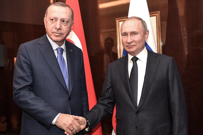 19 januari 2020, Berlijn: de Turkse president Erdogan schudt de hand van de Russische president Vladimir Poetin.