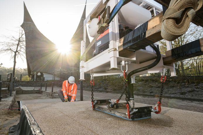 De aanleg van PlasticRoad bij de hoofdingang van de Efteling. Het pretpark is een van de bedrijven die nog voor de officiële marktintroductie in zee gingen met het Hardenbergse bedrijf.
