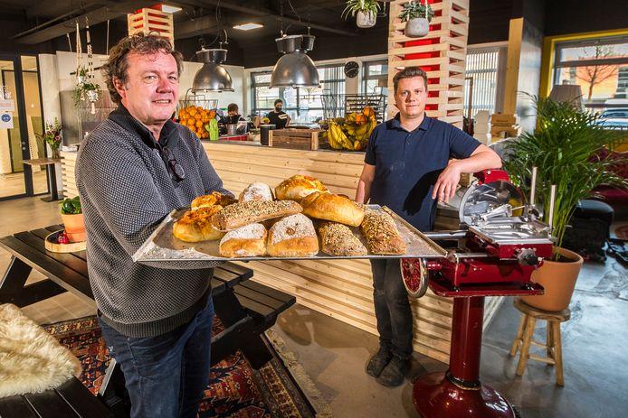 Herbert Schipholt (links) en zoon Ruben hebben aan de Demmersweg op bedrijventerrein Westermaat de tweede Hengelose vestiging van De Broodbode geopend.