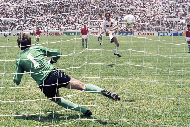 Igor Belanov schiet de Sovjet-Unie naar een 3-0-voorsprong tegen Hongarije. De ellende was nog niet voorbij. Hongarije verloor met 6-0. Die vernedering doet nog altijd pijn in Hongarije. Beeld AP