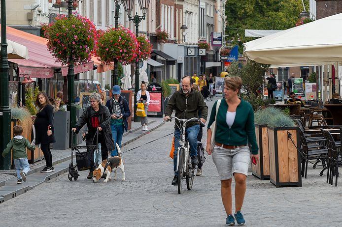 Fietsen op de Grote Markt mag niet meer. En het wel doen kost je 95 euro... Maar dat houdt de fietsers niet tegen.