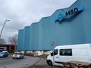 De blauwe wand met het logo van MSD