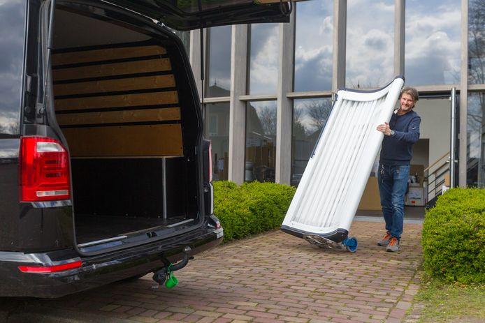 Erwin van de Water van Body Quest transporteert nog maar een zonnehemel naar zijn bus.