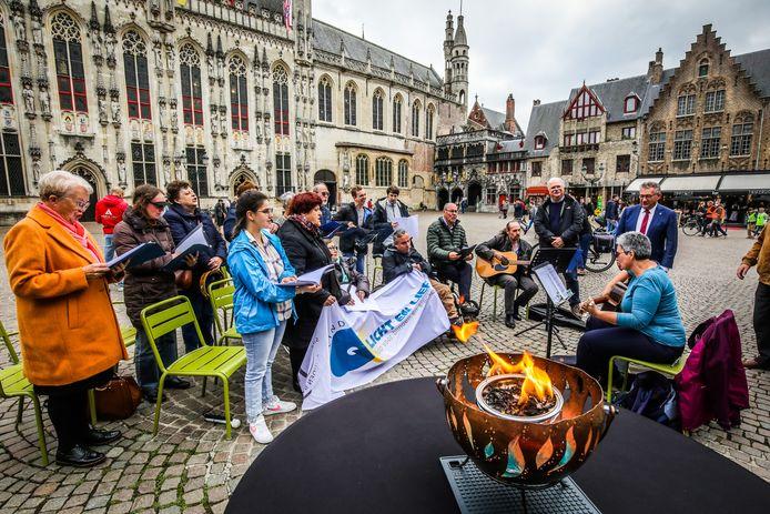 Een mini-optreden op de Burg in Brugge, waar ook burgemeester Dirk De fauw en cultuurschepen Nico Blontrock een kijkje kwamen nemen.