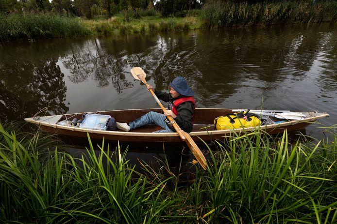 Offermans in de kano, die hij maakte van materiaal, afkomstig van een kunstinstallatie.
