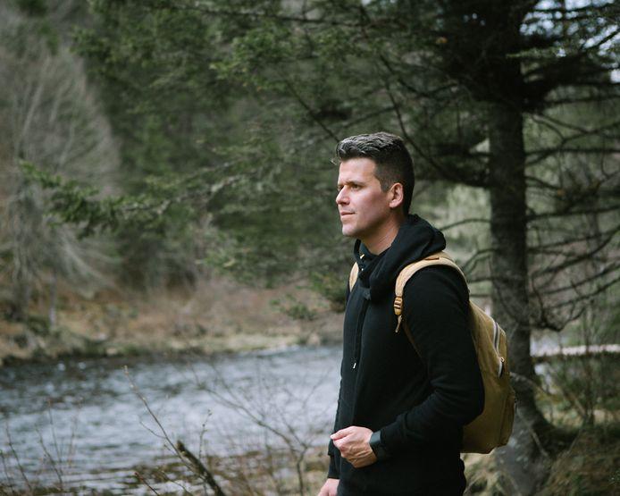 Jorg van Nieuwenhuijzen tijdens het hiken in de Canadese natuur.