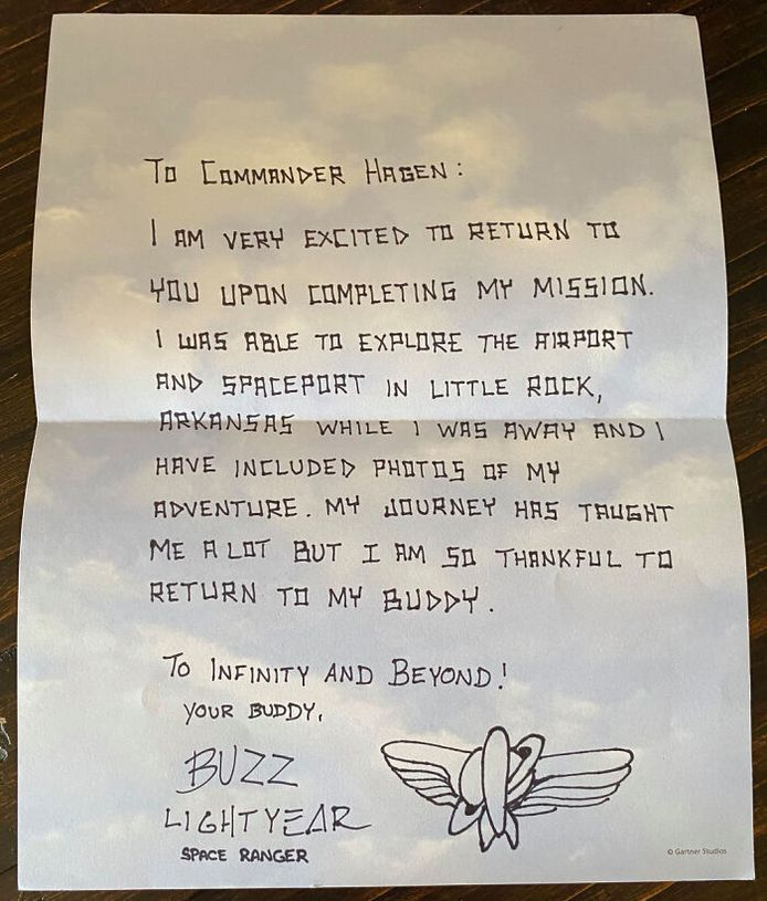 Een brief waarin Buzz aan 'Commander Hagen' uitlegt wat hij heeft gedaan.