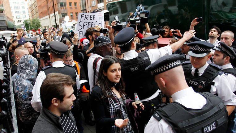Londense agenten proberen demonstranten voor de Ecuadoraanse ambassade weg te krijgen. Beeld AP