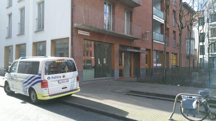De baby werd gevonden in de inkomhal van een appartementsgebouw aan de Grote Koraalberg, vlakbij de Antwerpse Grote Markt.