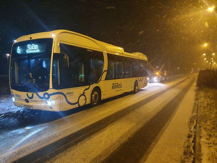 Zaterdagavond viel in Deventer een elektrische bus in de kou en sneeuw stil. Er zaten geen passagiers in de bus.