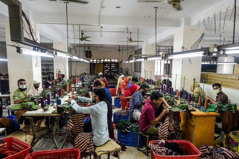 Een textielfabriek in Bangladesh. Nederlandse textielbedrijven die meedoen aan het textielconvenant proberen structureel onderzoek te doen naar mensenrechtenschendingen, en die aan te pakken. Maar over de hele linie leveren zulke convenanten weinig op, blijkt uit een evaluatie.  Beeld AFP