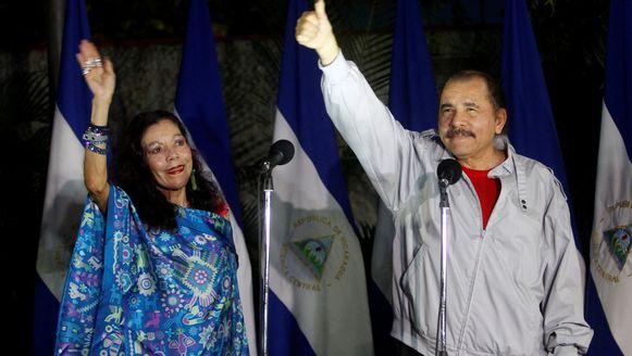 De president van Nicaragua, Daniel Ortega en zijn vrouw Rosario Murillo (links).