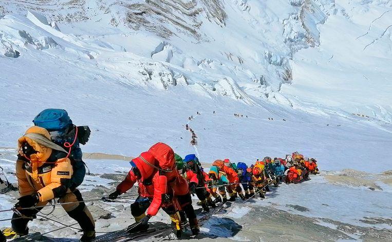 Mede door de lange wachtrijen om de top te bereiken, vielen er dit klimseizoen 11 doden.