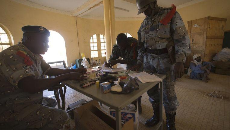De politie van Mali met een gevangen strijder van de MUJAO in februari dit jaar Beeld afp