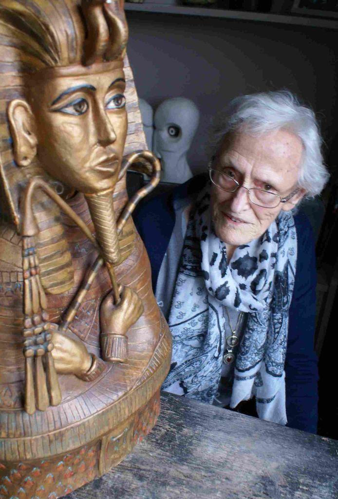 Lies Stokkermans met het beeld van Toetanchamon dat ze maakte van klei.