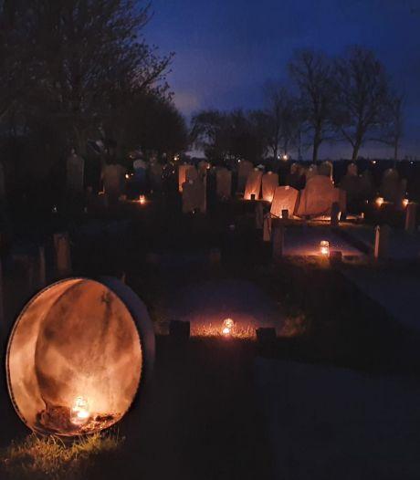 Waxinelichtjes als eerbetoon aan de overledenen van Zonnemaire, voordat hun grafzerk wordt vernietigd