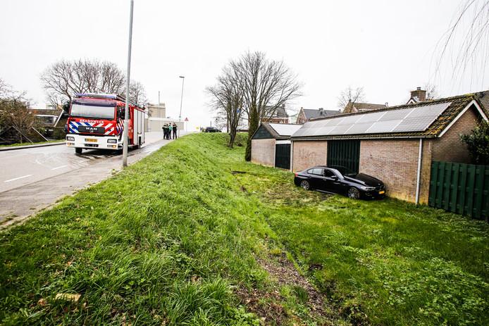 De auto raakte door nog onbekende oorzaak van de weg.