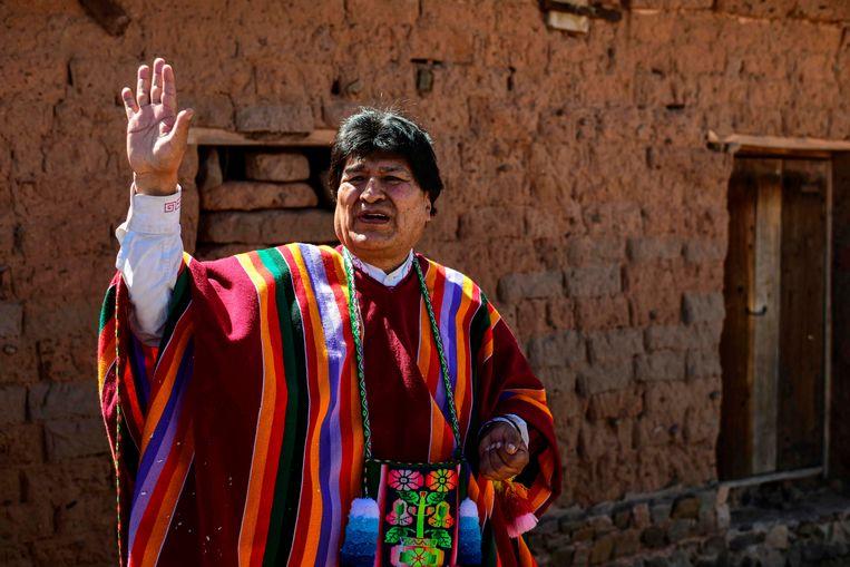 Evo Morales bij zijn geboortehuis, kort naar zijn terugkeer uit Argentinië. 'Mocht er iets met mij gebeuren, dan mag je zeker zijn dat de Amerikanen hier achter zitten.' Beeld AFP