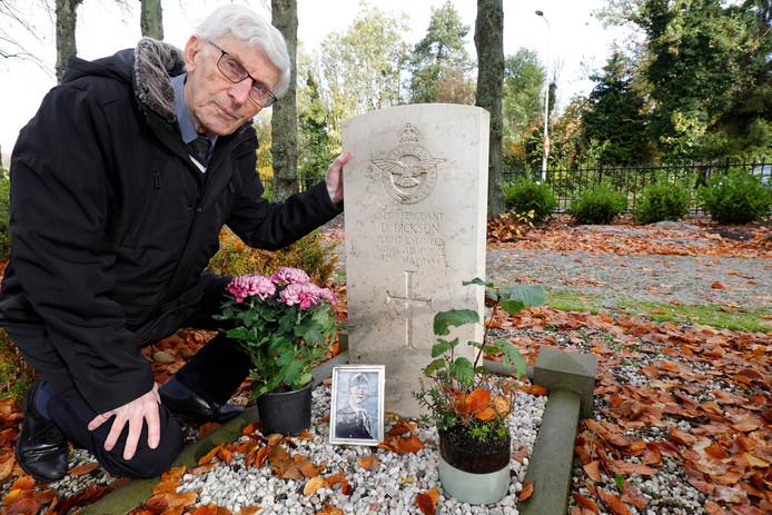 Rinus Boshuizen bij het enige soldatengraf, van David Dickson, op de begraafplaats in Brielle. Het plaatst hem al jaren voor raadsels.