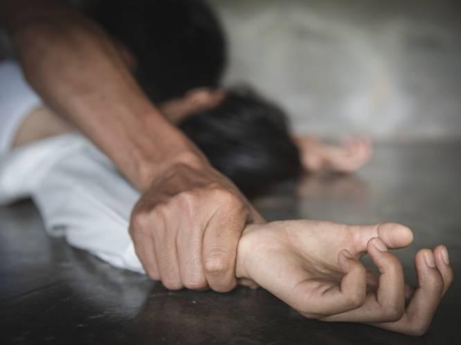 """""""Ik ben gestopt toen ze begon te wenen"""": dertiger bindt geblinddoekt meisje (13) vast op bed en verkracht haar, maar moet niet naar gevangenis"""