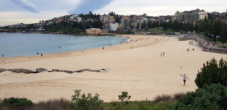 Coogee Beach nabij Sydney (Australië) was maandag weer open voor liefhebbers. Australië heeft zijn coronamaatregelen versoepeld. Beeld James Redmayne / Reuters
