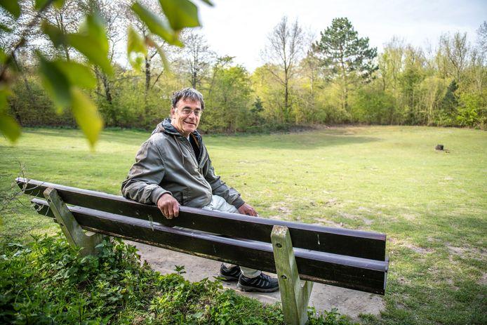 Bart Wassink op een bankje in het voormalige openluchttheater van het Nollebos in Vlissingen.