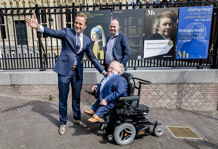 De kersverse 'minister van gehandicaptenzaken' wordt in juni 2019 op het Binnenhof begroet door minister Hugo de Jonge van Volksgezondheid, Welzijn en Sport, nu lijsttrekker voor het CDA bij de komende verkiezingen. Ricks maatje Piet-Cees van der Wel is ook van de partij.