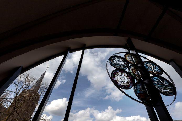 Bij het vormgeven van de nieuwe glazen voorgevel werd teruggegrepen op originele blauwdrukken van de bouw van de kapel, begin jaren twintig.