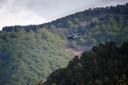 Helikopters zwermen rond in de omgeving van Les Plantiers in de beboste en bergachtige Cevennen.
