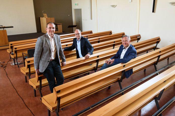 De voorgangers van het  Apolostisch Genootschap in het centrum aan de Dennenbosweg, met vanaf links Niek Mater, René Tip en Jacko Bakker.