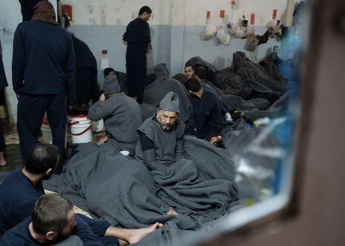 Gevangenen zitten opeengepakt in een cellencomplex in de stad Hasaka, in het noordoosten van Syrië.