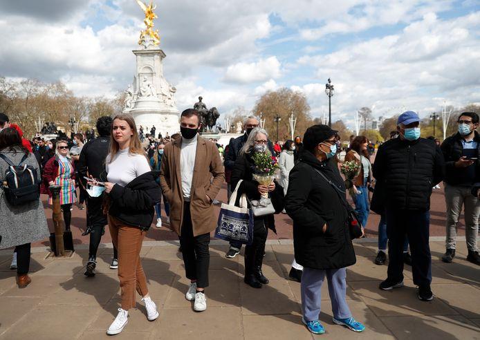 Mensen verzamelen zich bij Buckingham Palace na het overlijden van prins Philip