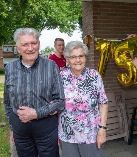 Henk en Riek in Dalfsen bereiken vandaag een mijlpaal. Ze zijn al 75 jaar getrouwd. Wat is hun geheim?