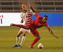 De Canadees Cyle Larin in duel met Ryan Koolwijk van Suriname.
