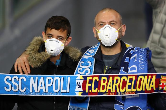 Fans bij Napoli - Barcelona dragen een mondkapje.