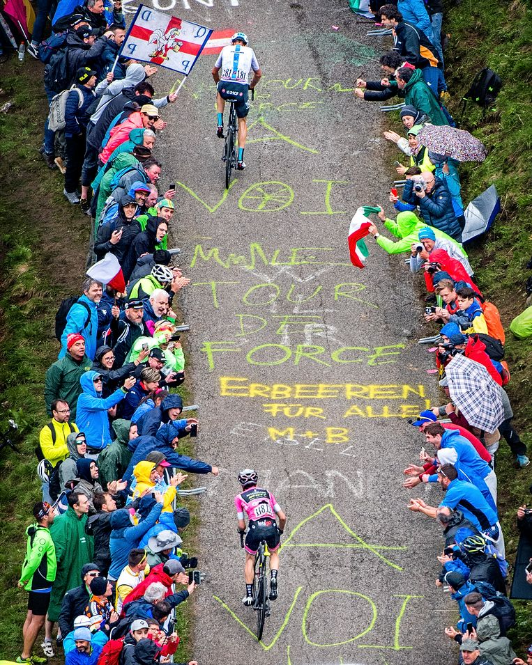 Simon Yates probeert uit alle macht Chris Froome op 250 meter voor de finish in de beklimming van de Mont Zoncolan nog in te halen, maar zal daar net niet in slagen. Beeld Klaas Jan van der Weij