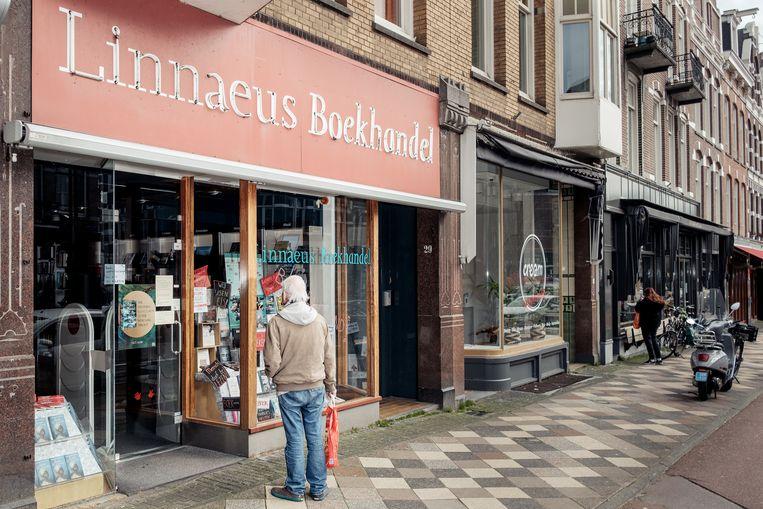 Linnaeus Boekhandel aan de Middenweg is sinds dinsdag dicht, maar bezorgt nog wel bestellingen. Beeld Jakob Van Vliet