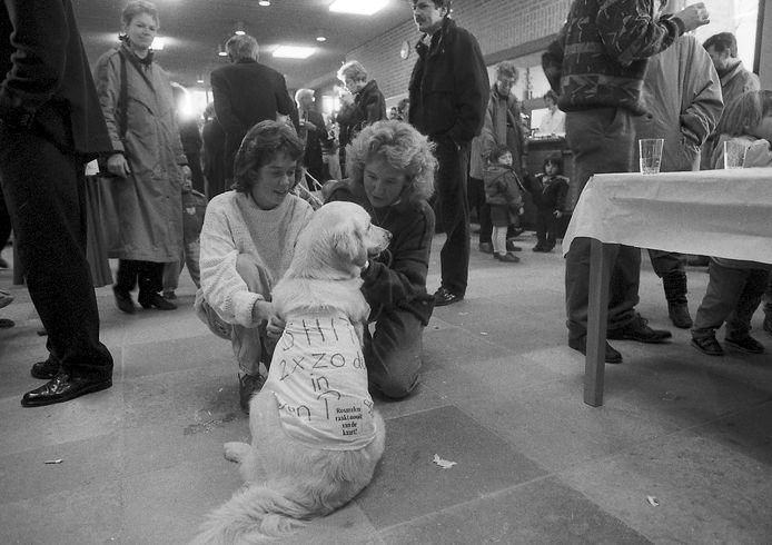 Op 6 januari 1991 was het open huis in Rosmalen, tegen de eerste herindelingsplannen. De toen 13-jarige Leonie Goffree met haar hond Ronja die een luier met protesttekst om had.