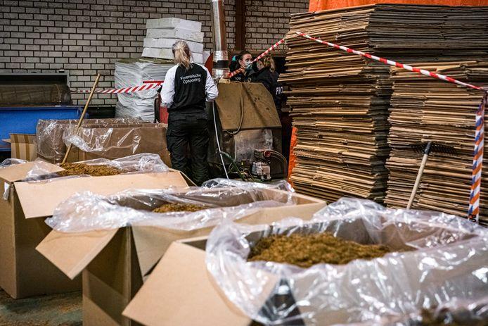 Een illegale sigarettenfabriek die werd ontdekt tijdens invallen van de fiscale opsporingsdienst FIOD en de douane, op deze foto was dat in Limburg en niet in Breukelen.