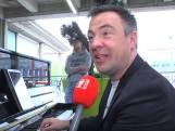 Hans Jansen bespeelt stationspiano in Enschede