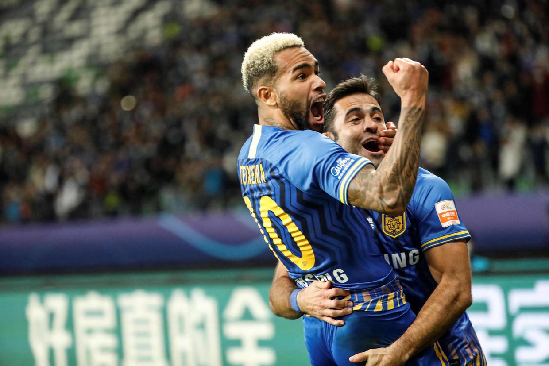 Alex Teixeira viert een doelpunt in de finale van de Super League. Vier maanden later zit kampioen Jiangsu FC zonder geldschieter. Beeld AFP