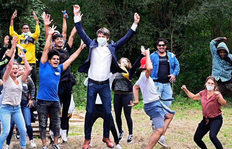 Benjamin Dalle juicht samen met enkele jongeren in het Bellenbos in Affligem. Beeld Photo News